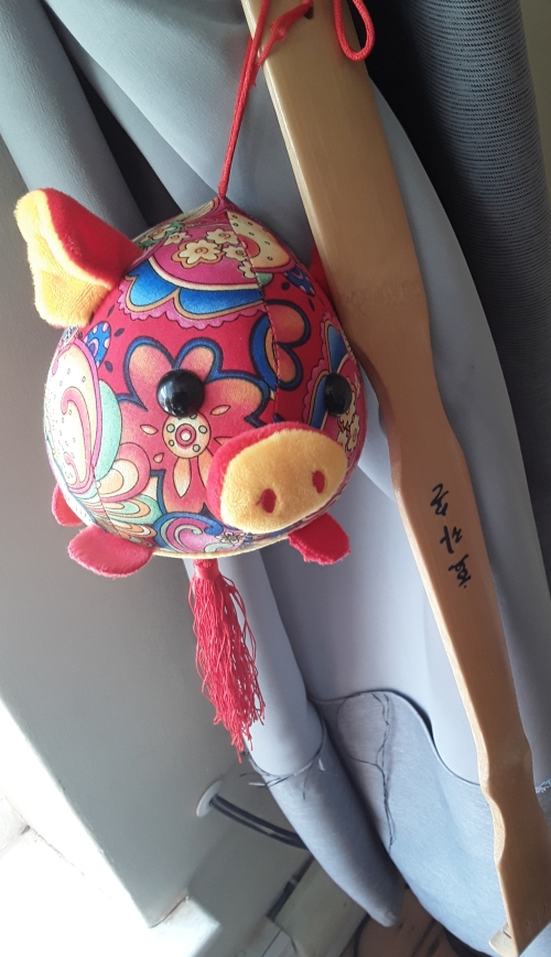 Pig and scratcher